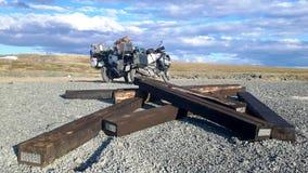 在西伯利亚的北部的两辆摩托车在俄罗斯 库存照片