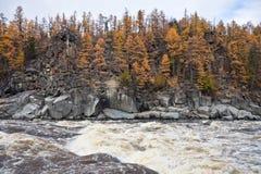 在西伯利亚taiga河的岩石海岸秋天的 库存照片