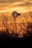 在西南得克萨斯日落的风车剪影 库存图片