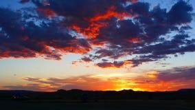 在西南沙漠日落的蓝色和红色云彩 免版税库存图片