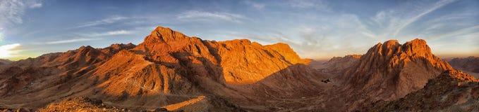 在西奈山的全景金黄卡纳克神庙寺庙gatesAmazing的日出,美好的黎明在埃及 免版税库存图片