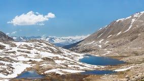在西方的惠特尼山脉的之下Guitar湖面对 库存图片