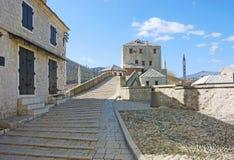在西方老的塔附近的桥梁 免版税库存照片