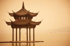 在西湖海岸,公园的中国传统木眺望台在杭州市,中国 免版税库存照片