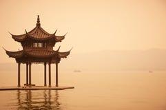 在西湖海岸,公园的中国传统木眺望台在杭州市,中国 免版税图库摄影