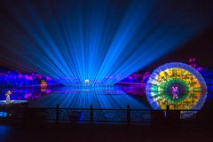 在西湖莲花的印象扇动-在附近瓷-与激光和被带领的光的夜 免版税库存图片