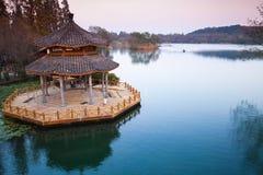 在西湖,中国海岸的木眺望台  免版税库存图片