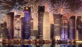 在西湾和多哈市上,卡塔尔地平线的美丽的烟花  免版税库存照片