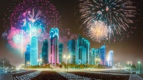 在西湾和多哈市,卡塔尔上的美丽的烟花 免版税图库摄影