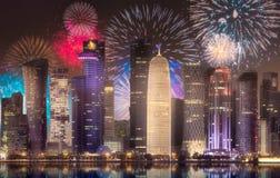 在西湾和多哈市,卡塔尔上的美丽的烟花 免版税库存照片