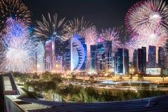 在西湾和多哈市,卡塔尔上的美丽的烟花 库存图片
