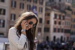在西班牙台阶的时装模特儿 免版税库存照片