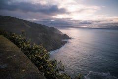 在西班牙大西洋海岸线的上部看法在日落之前的巴斯克国家,在山monte igueldo,圣・萨巴斯蒂安,巴斯克co 库存照片