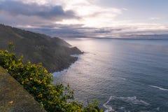 在西班牙大西洋海岸线的上部看法在日落之前的巴斯克国家,在山monte igueldo,圣・萨巴斯蒂安,巴斯克co 库存图片
