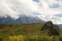 在西班牙峰顶的火山的堤堰 免版税库存照片