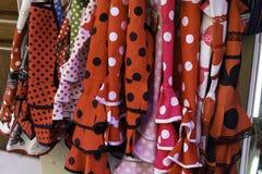 在西班牙市场上垂悬的机架的五颜六色的吉普赛佛拉明柯舞曲礼服 免版税库存图片