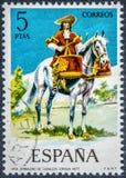 在西班牙打印的邮票显示马护胸甲Timbalero 1677 免版税库存照片