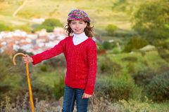 在西班牙村庄哄骗有木baston的女孩牧羊女 免版税库存图片