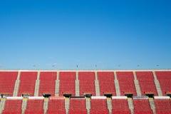 在西班牙橄榄球场内倒空红色位子 免版税库存照片