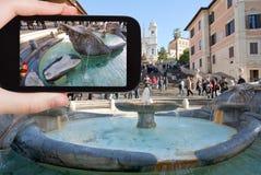 在西班牙正方形的旅游采取的照片喷泉 库存图片