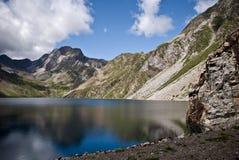 在西班牙比利牛斯的山的水库 库存照片