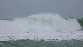 在西班牙沿海的大波浪春天在布拉瓦海岸,在镇帕拉莫斯附近,慢动作英尺长度 股票录像