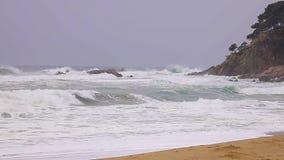 在西班牙沿海的大波浪春天在布拉瓦海岸,在镇帕拉莫斯附近,慢动作英尺长度 股票视频
