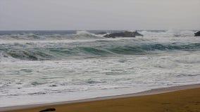 在西班牙沿海的大波浪春天在布拉瓦海岸,在镇帕拉莫斯附近 股票视频