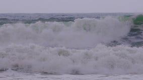 在西班牙沿海的大波浪春天在布拉瓦海岸,在镇帕拉莫斯附近 影视素材