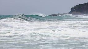 在西班牙沿海的大波浪春天在布拉瓦海岸,在镇帕拉莫斯附近 股票录像