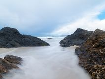 在西班牙海滩的大岩石 免版税库存照片