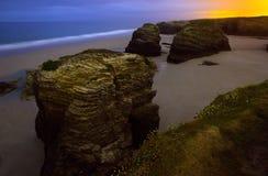 在西班牙的大西洋海岸的岩石在夜 库存图片