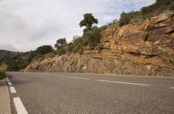 在西班牙的山的柏油路在一个晴天 免版税库存图片