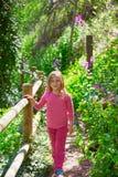 在西班牙的昆卡省森林里哄骗春天轨道的女孩 免版税库存照片