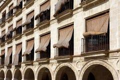 在西班牙秸杆视窗的窗帘 免版税库存图片