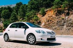 在西班牙自然的白色颜色丰田Auris汽车 免版税库存图片
