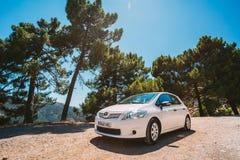 在西班牙自然风景的白色颜色丰田Auris汽车 库存照片