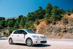 在西班牙自然风景的白色颜色丰田Auris汽车 免版税图库摄影