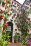 在西班牙,欧洲开花庭院,典型的房子的装饰 库存图片