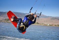 在西班牙tarifa通知附近的飞行kiter 免版税库存照片