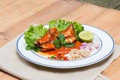 在西红柿酱和厨师的鲭鱼鱼泰国辣沙拉的 库存图片