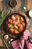 在西红柿酱的丸子在长柄浅锅平底锅 与拷贝s的顶视图 库存图片