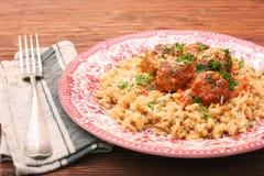 在西红柿酱的丸子用在碗的米 库存照片
