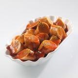 在西红柿酱的切的辣香肠 库存图片