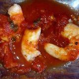 在西红柿酱的大蒜shripm 图库摄影