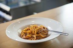 在西红柿酱的意粉与叉子 免版税库存照片
