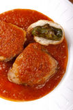 在西红柿酱的金枪鱼用胡椒和面包 免版税库存图片