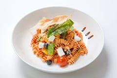 在西红柿酱的面团与油煎的菜和新鲜的西红柿和希脂乳 库存图片