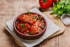 在西红柿酱的鸡在碗 库存图片