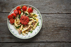在西红柿酱的Penne面团与鸡,蕃茄装饰了荷兰芹 免版税库存图片